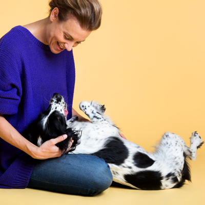 chien et propriétaire jouant