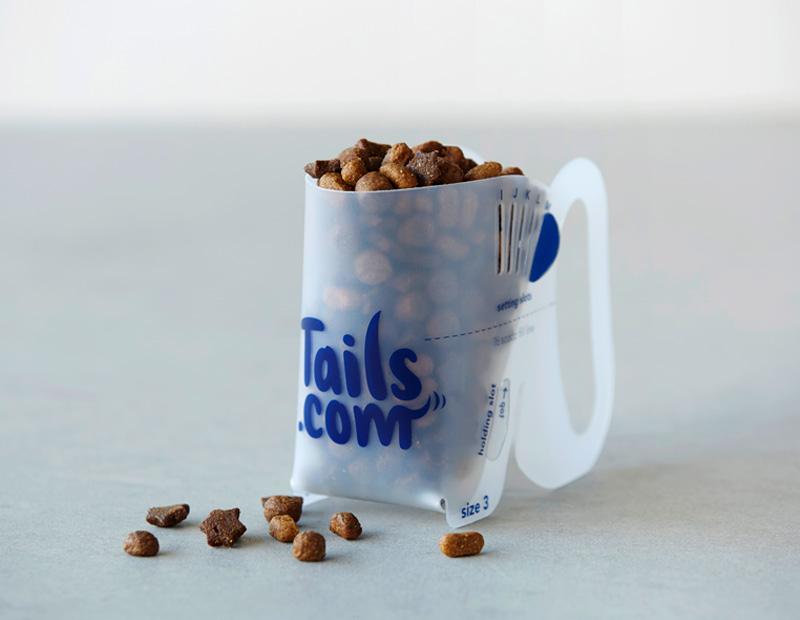 Des bols de tails.com avec des croquettes et pâtées mijotées